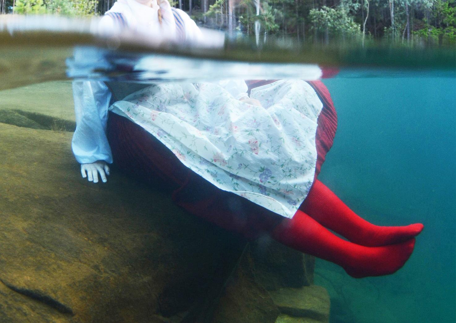 1 Del ur fotoserien Vandringssjön - Kvinna iförd Alfta hembygdsdräkt under vatten. Foto Tobias D