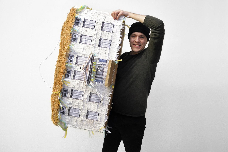 2 Erik Olof Wiklund med Hälsingegårds Pinatan som slås sönder i samband med invigningen. Foto Johanna S